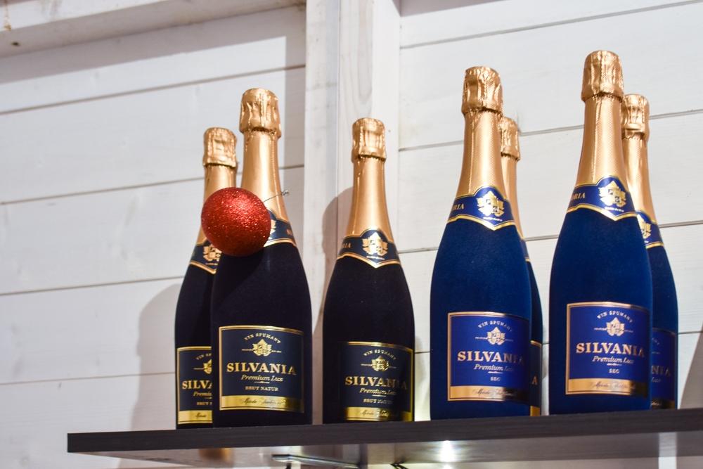 Șampania Silvania, Sec (albastru) și Brut Natur (negru).