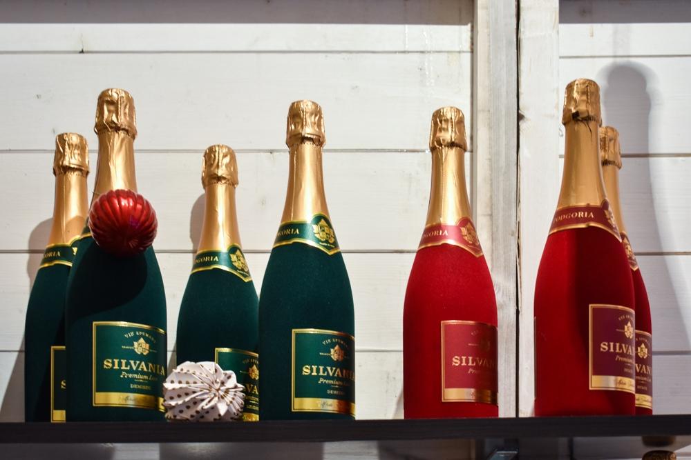 Șampania Silvania, Demisec (verde) și Dulce (roșu).